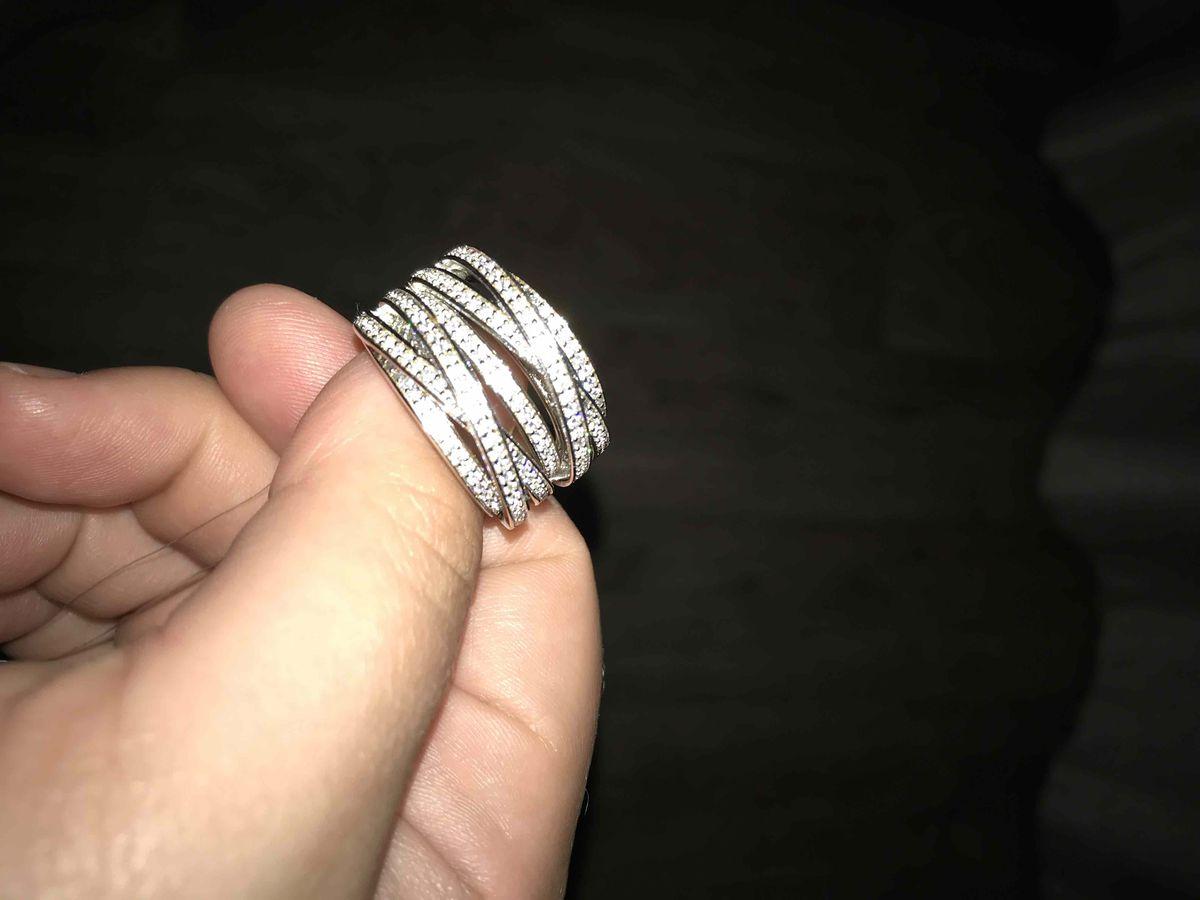 Красивое кольцо !Блестит и играет на руке!)