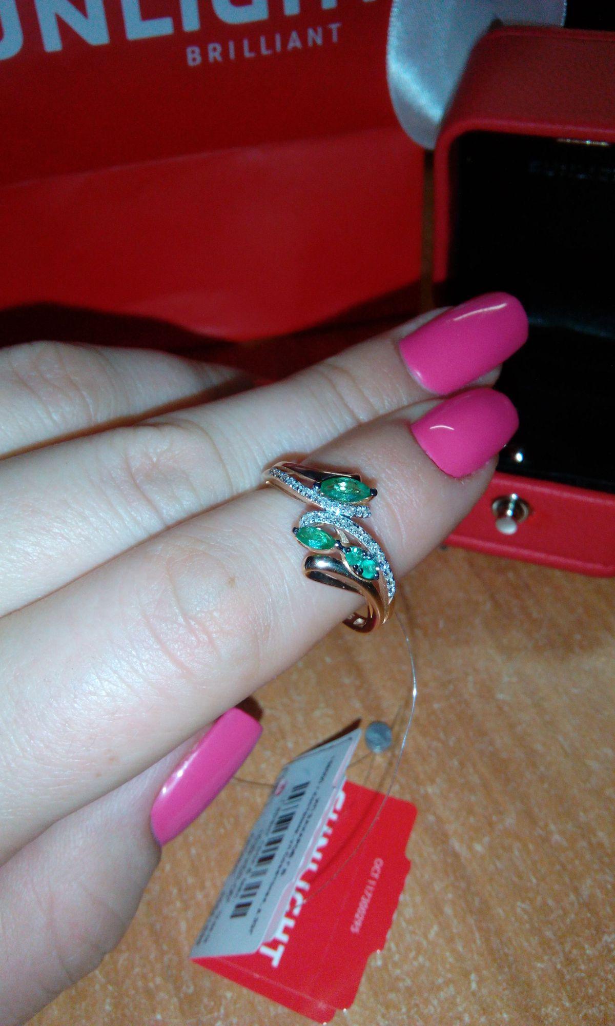 Красивое кольцо с натуральным камнем - изумруд.