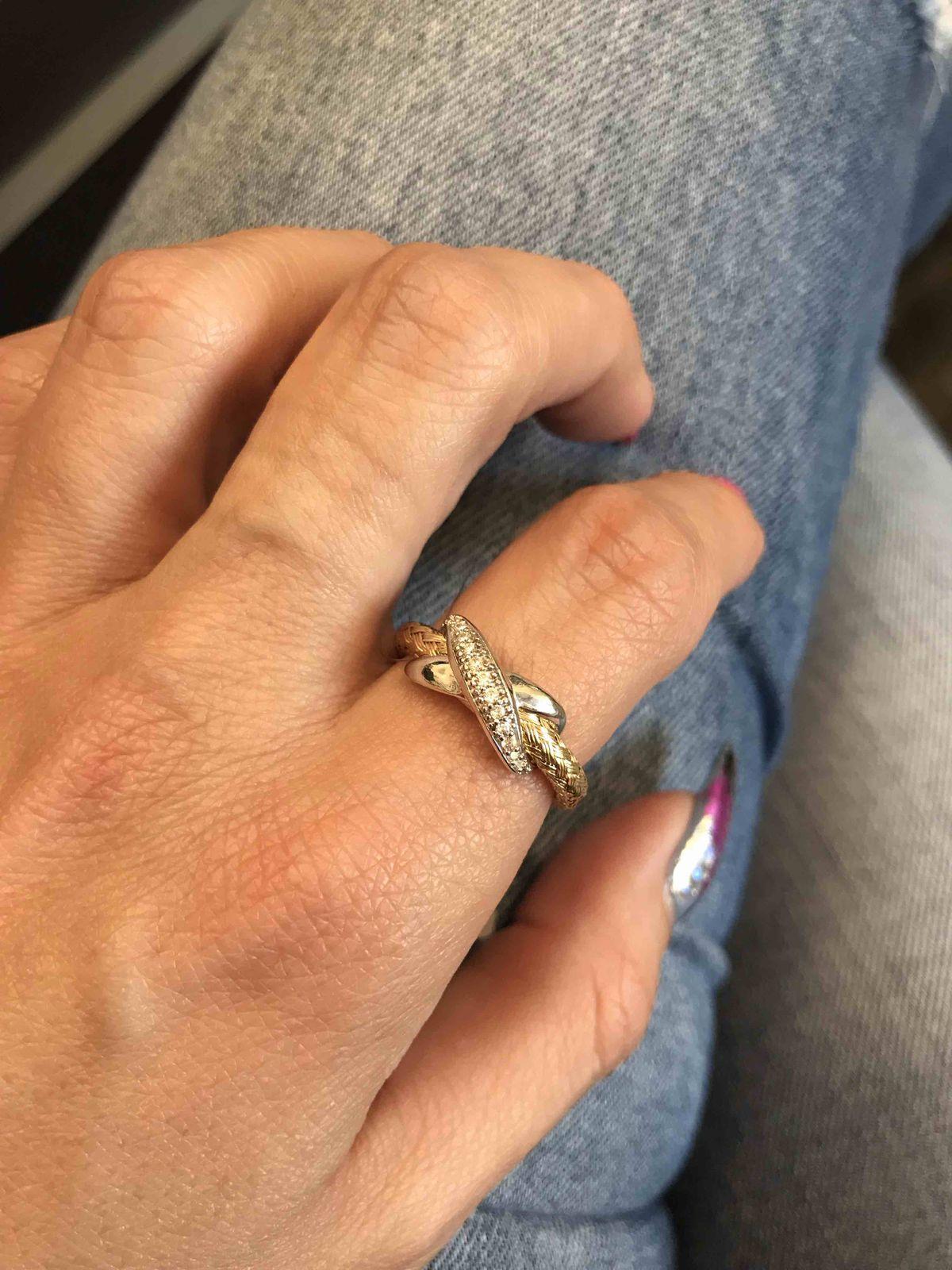 Купила кольцо с большой скидкой! Оно шикарное, очень дорого смотрится. 👍👍
