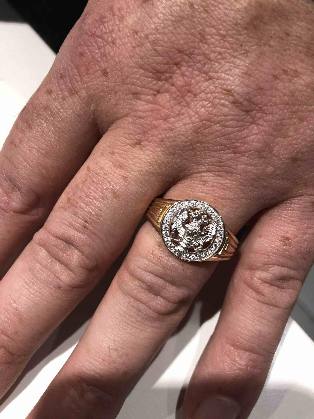 Перстень очень хорошо смотрится, не навящего и патриотично))