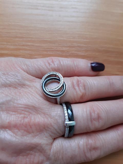 Керамическое женское кольцо с черной керамикой, себром и фианитами.