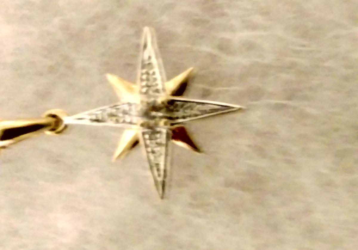 Золотой кулон с бриллиантами и топазом.
