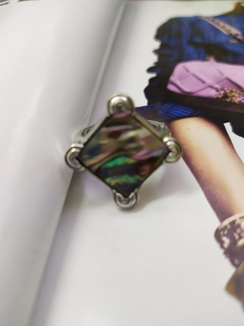 Отлично, очень красивое кольцо, перламутр переливается разными цветами