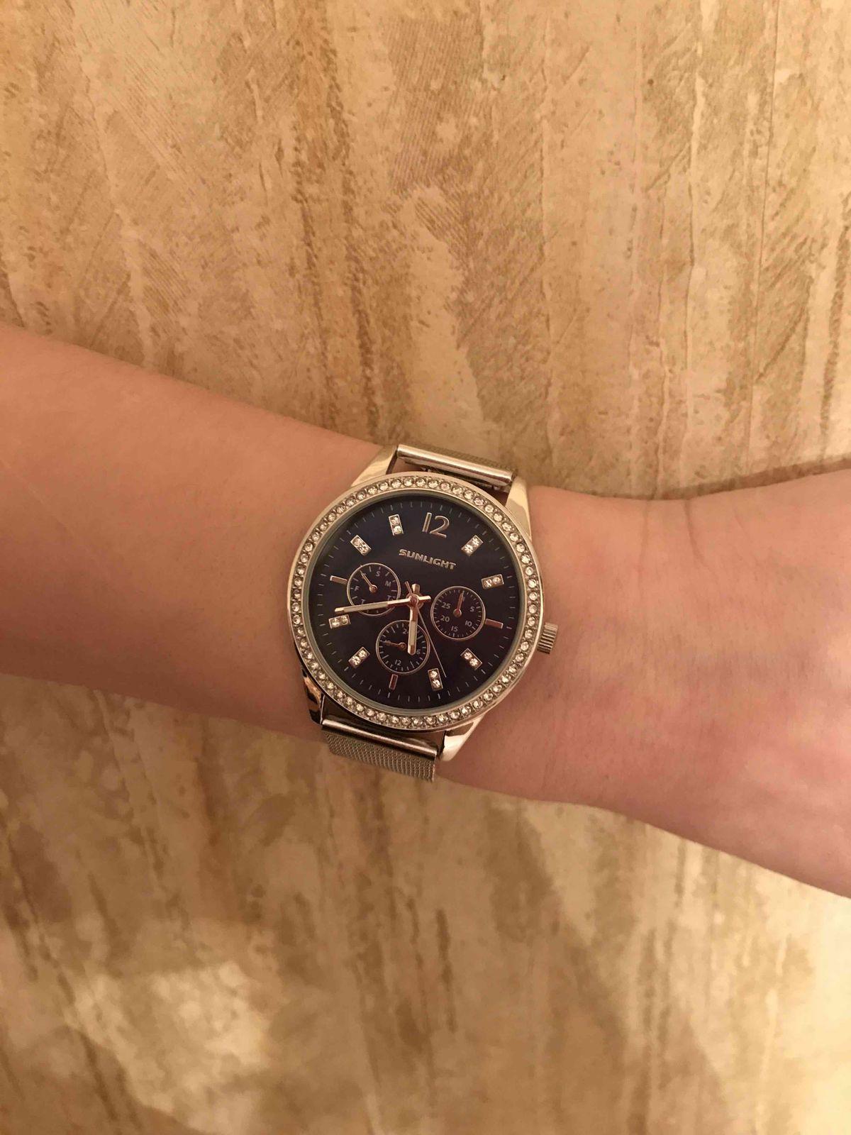 Часы миниатюрно смотрятся на руке