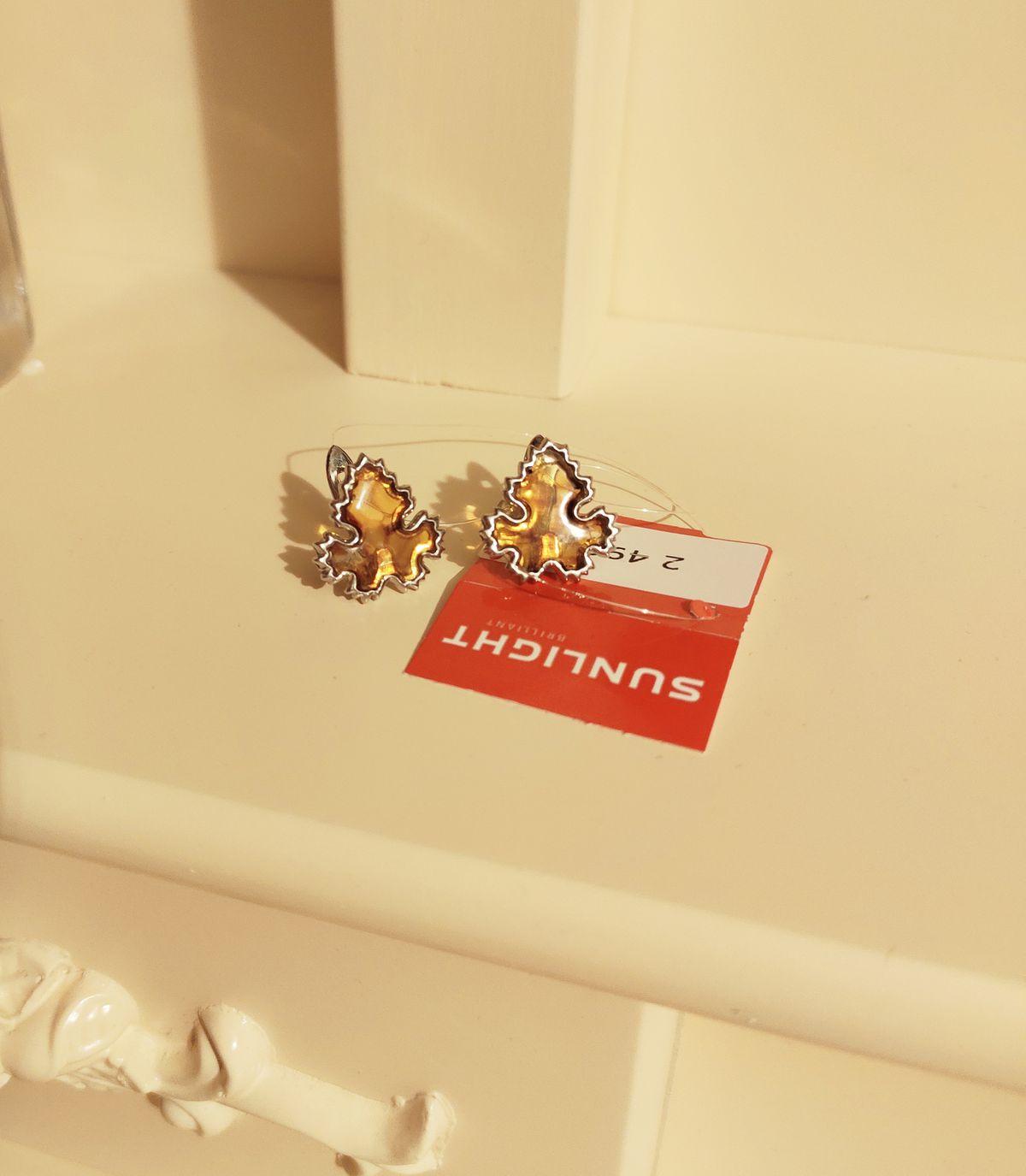 Красивые и удобные серьги. Идеальный комплект с брошью листиком.