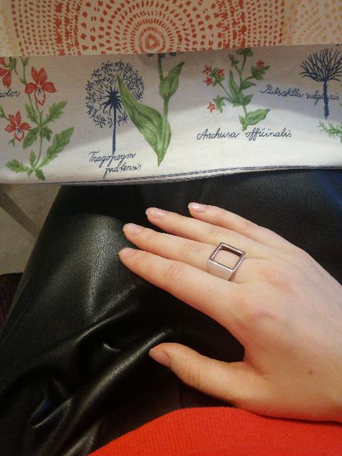 Стильное кольцо, но большемерит на полразмера точно