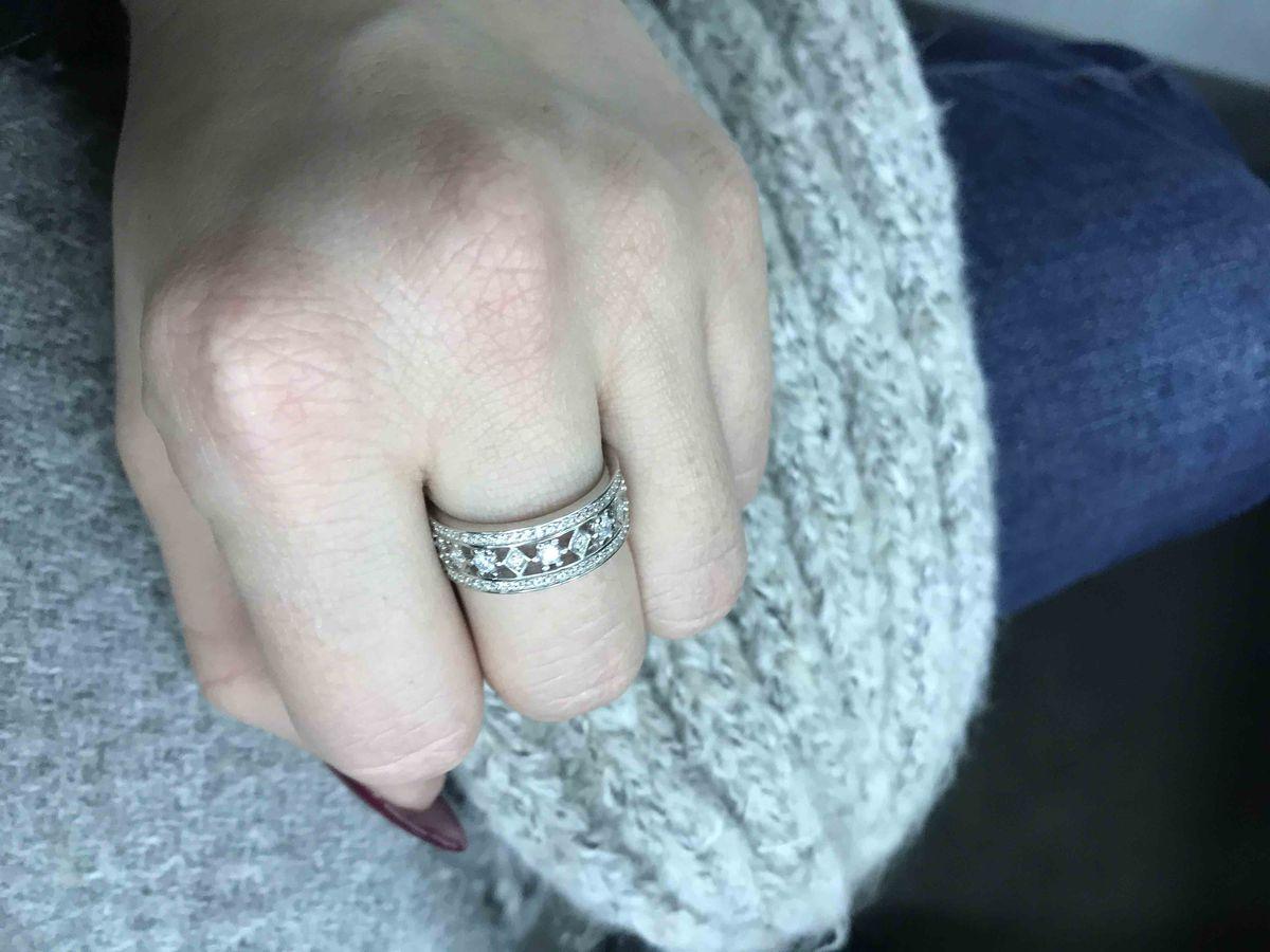 Отличное кольцо, смотрится аккуратно, но и  дорого. отличный дизайн.