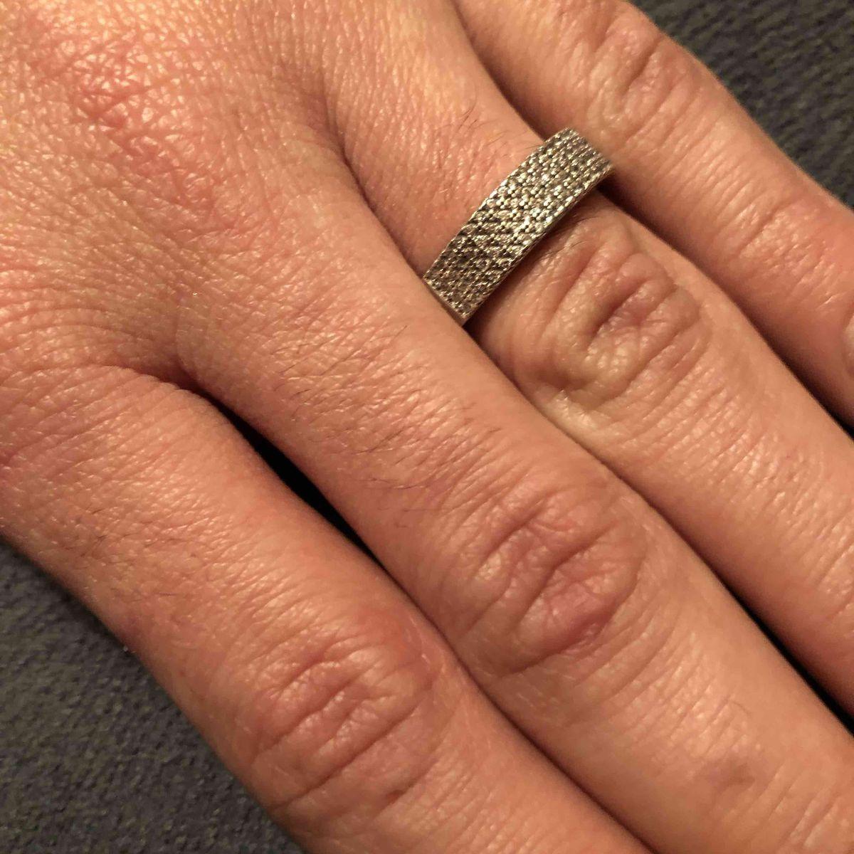 Кольцо с фианитом,камней много)
