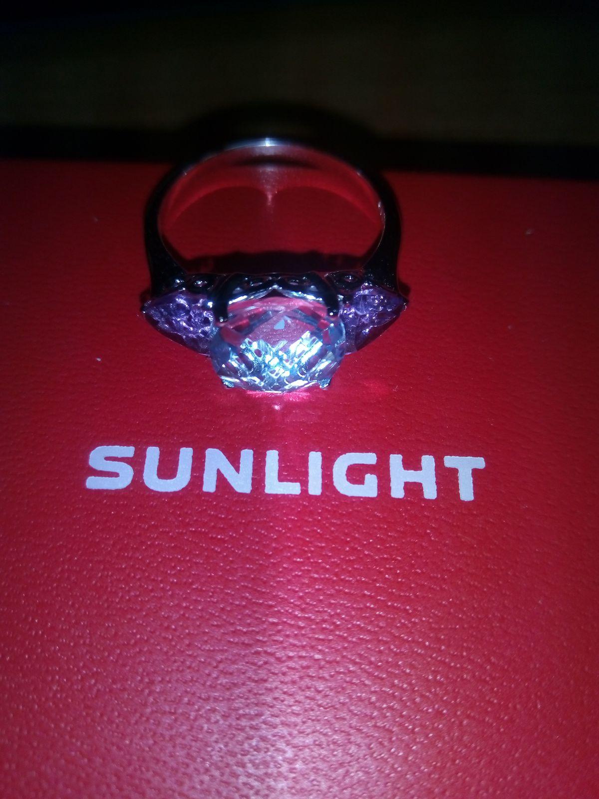 Красивое кольцо для любителей топазов и аметистов.