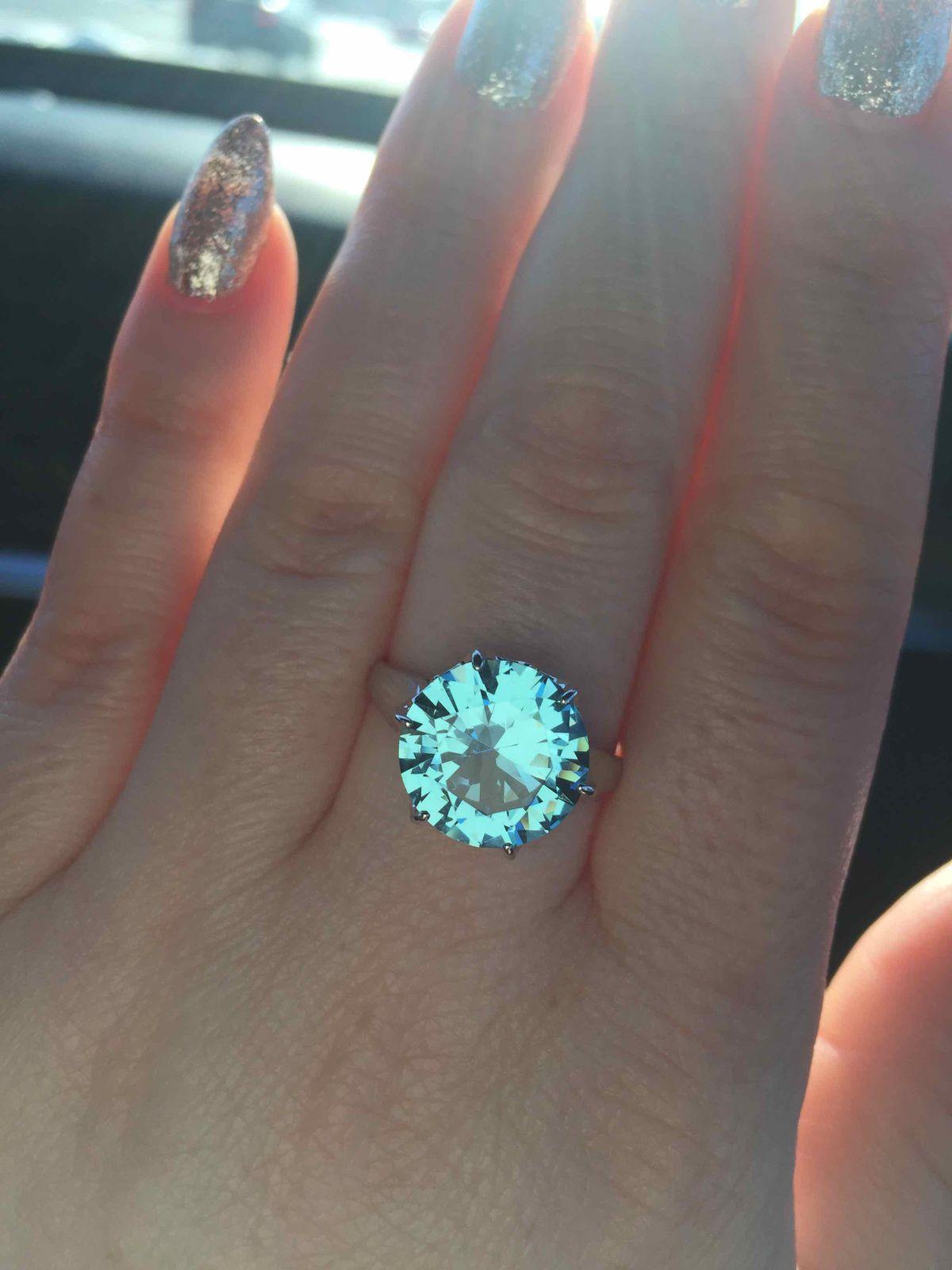 Серебряное кольцо с голубым кристалом