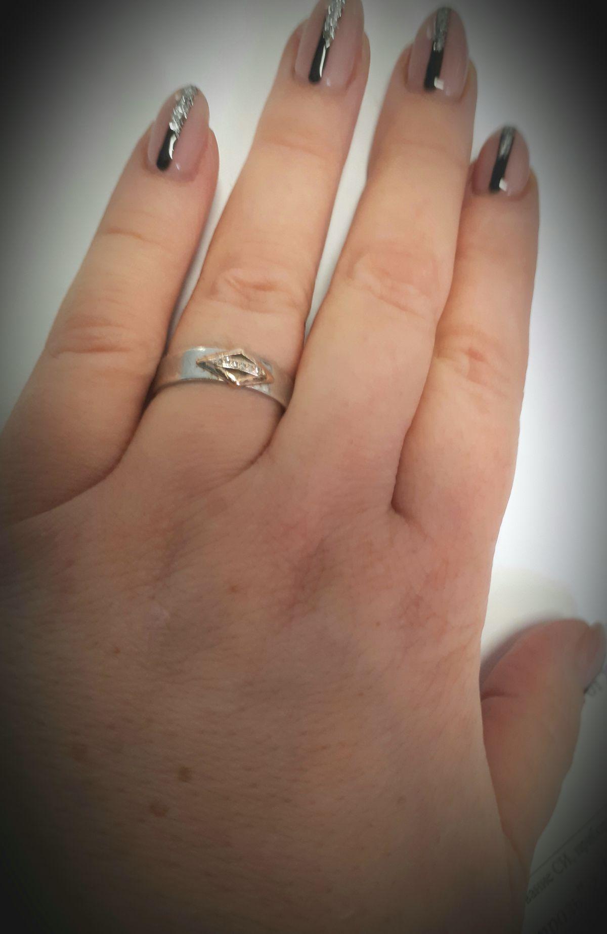 Серебрянное кольцо с бриллиантами.