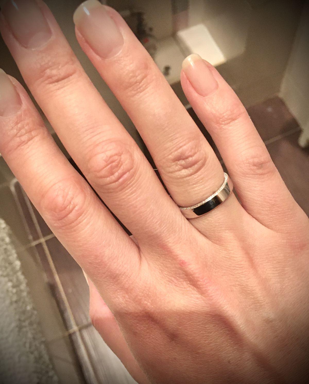 Стильное и лаконичное обручальное кольцо