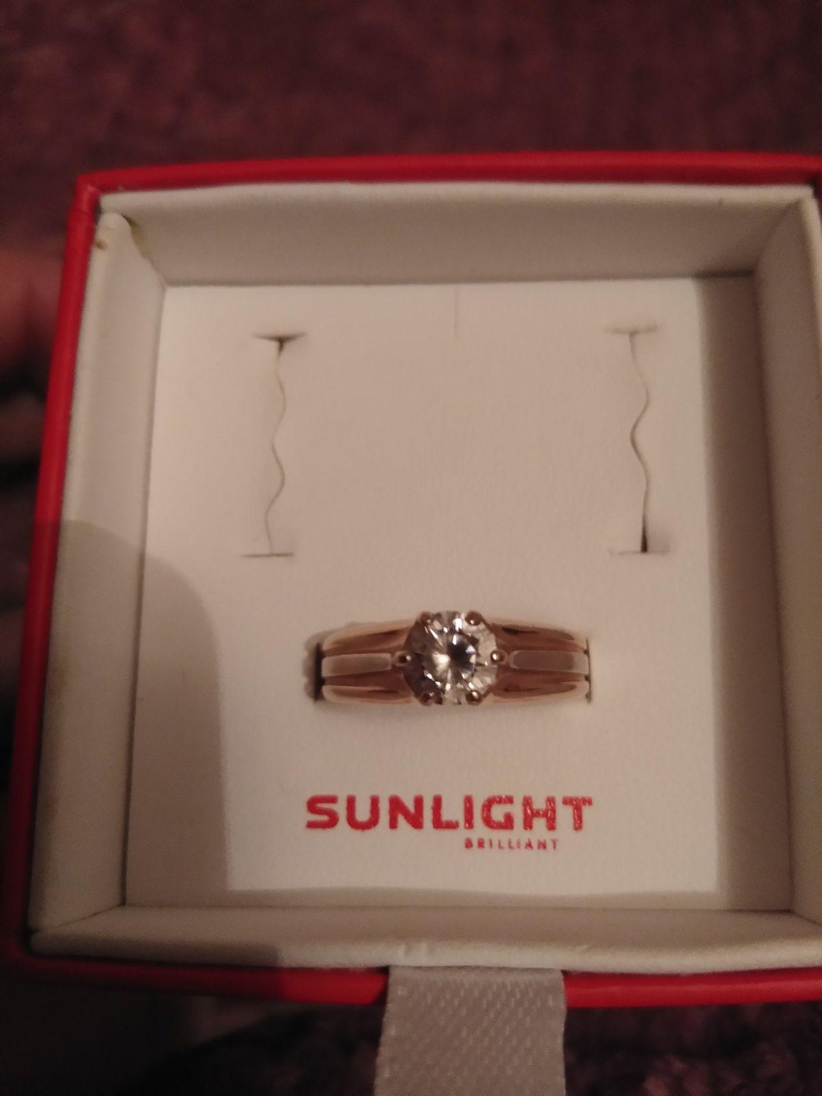 Красивое, нежное кольцо Смотриться очень красиво, фионит блестит и сияет!!!