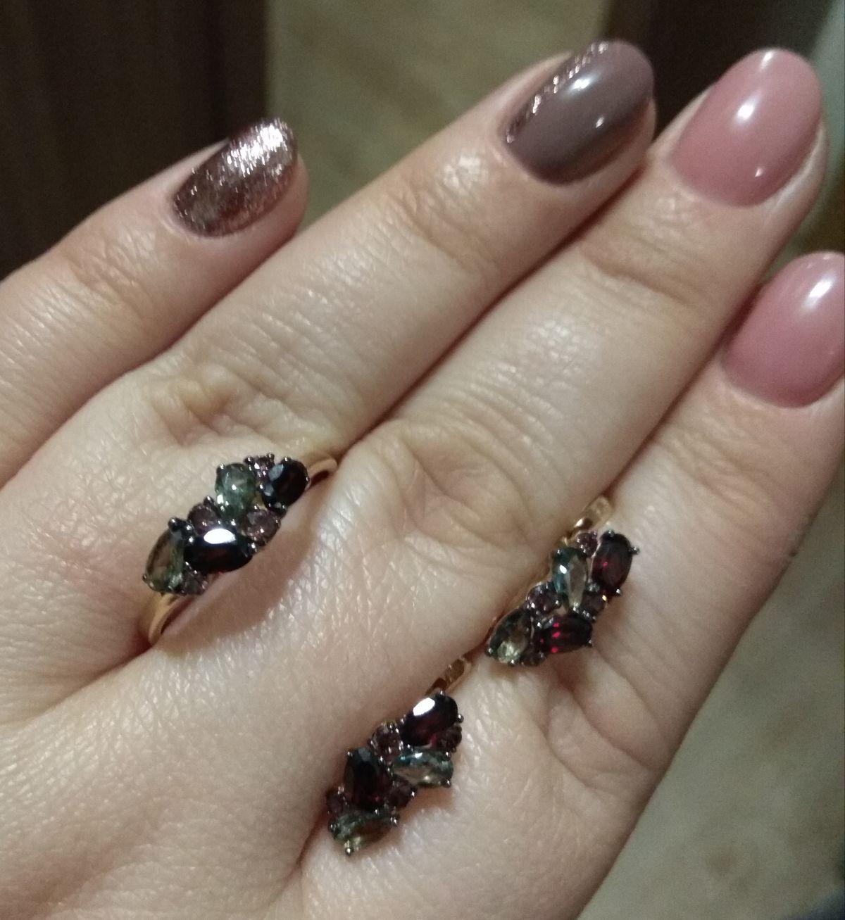 Золотое кольцо с гранатами и шпинелью