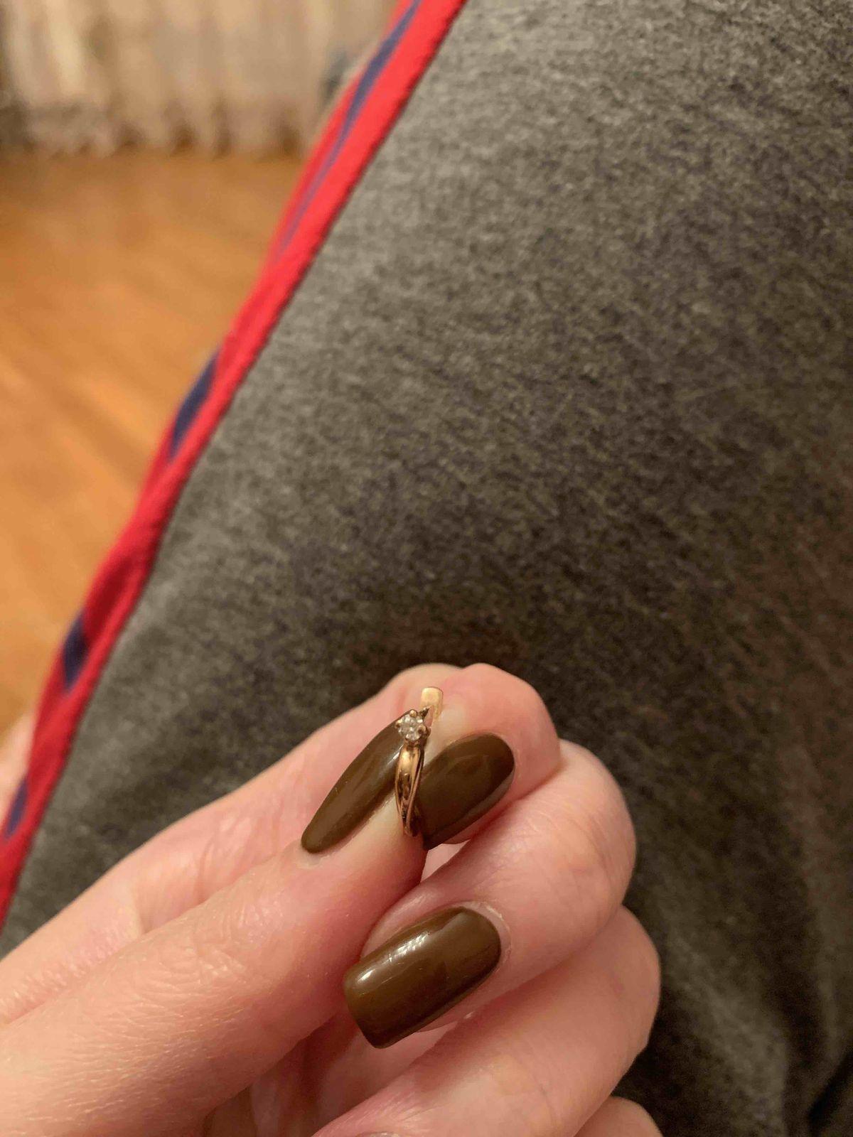 Маленькие,аккуратные,классические серьги с якутским бриллиантом.