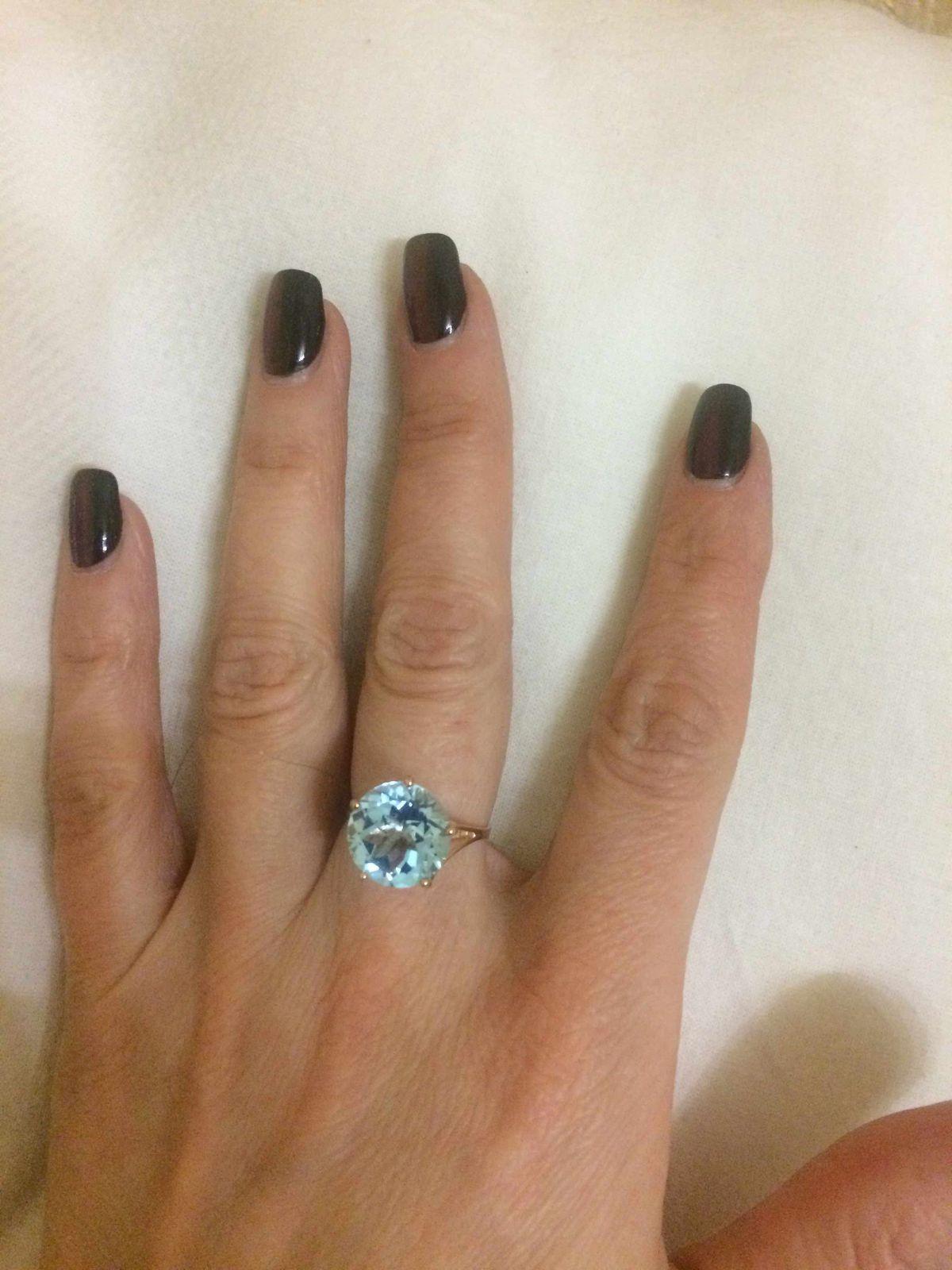 Красивое романтическое кольцо с голубым топазом подойдет на светский раут