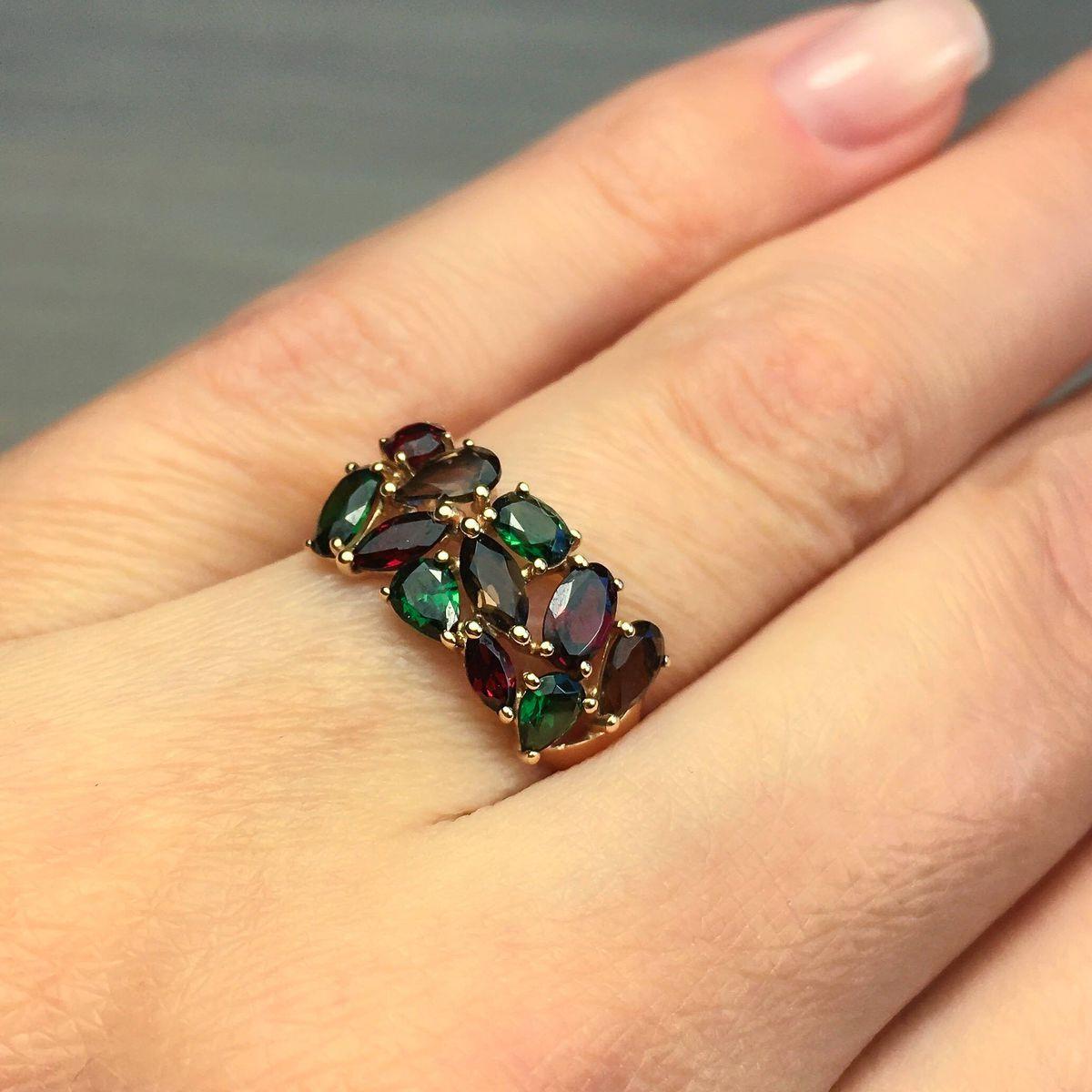 Элегантное кольцо с самоцветами