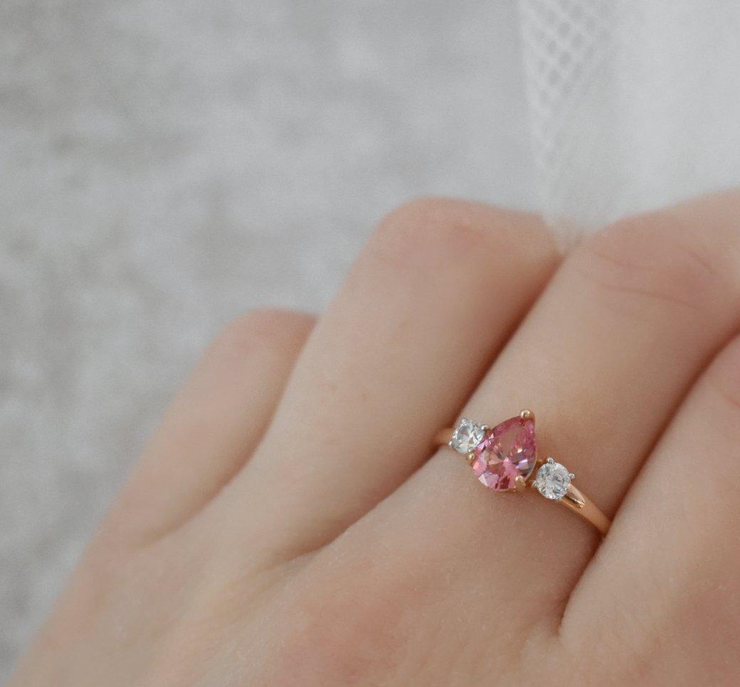 Красивое изящное колечко с розовым фианитом!