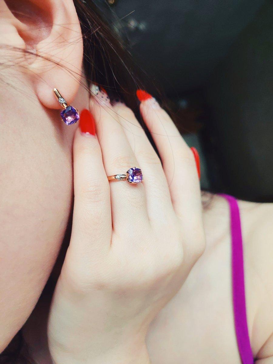 Серги великолепны,цвет космический. Шикарное украшение для молодой девушки.