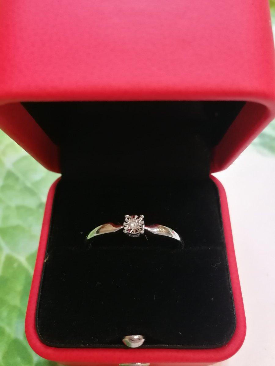 Колечко с бриллиантом из белого золота.