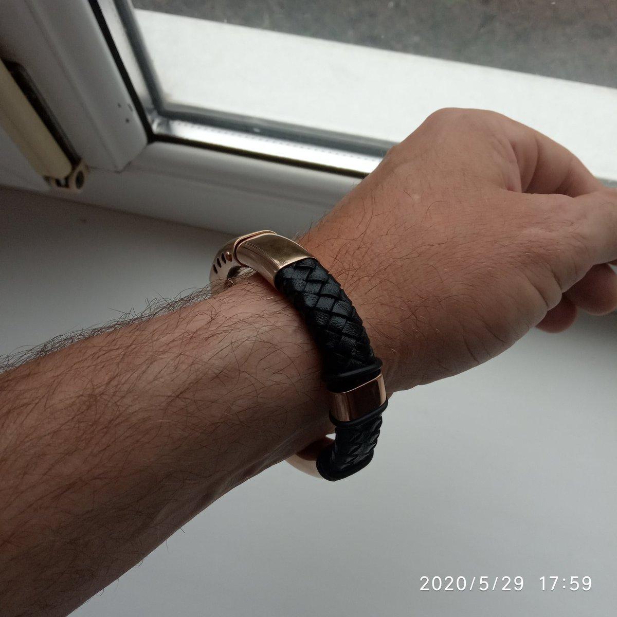 Кожаный браслет просто отличный,  смотрится дорого и богато...
