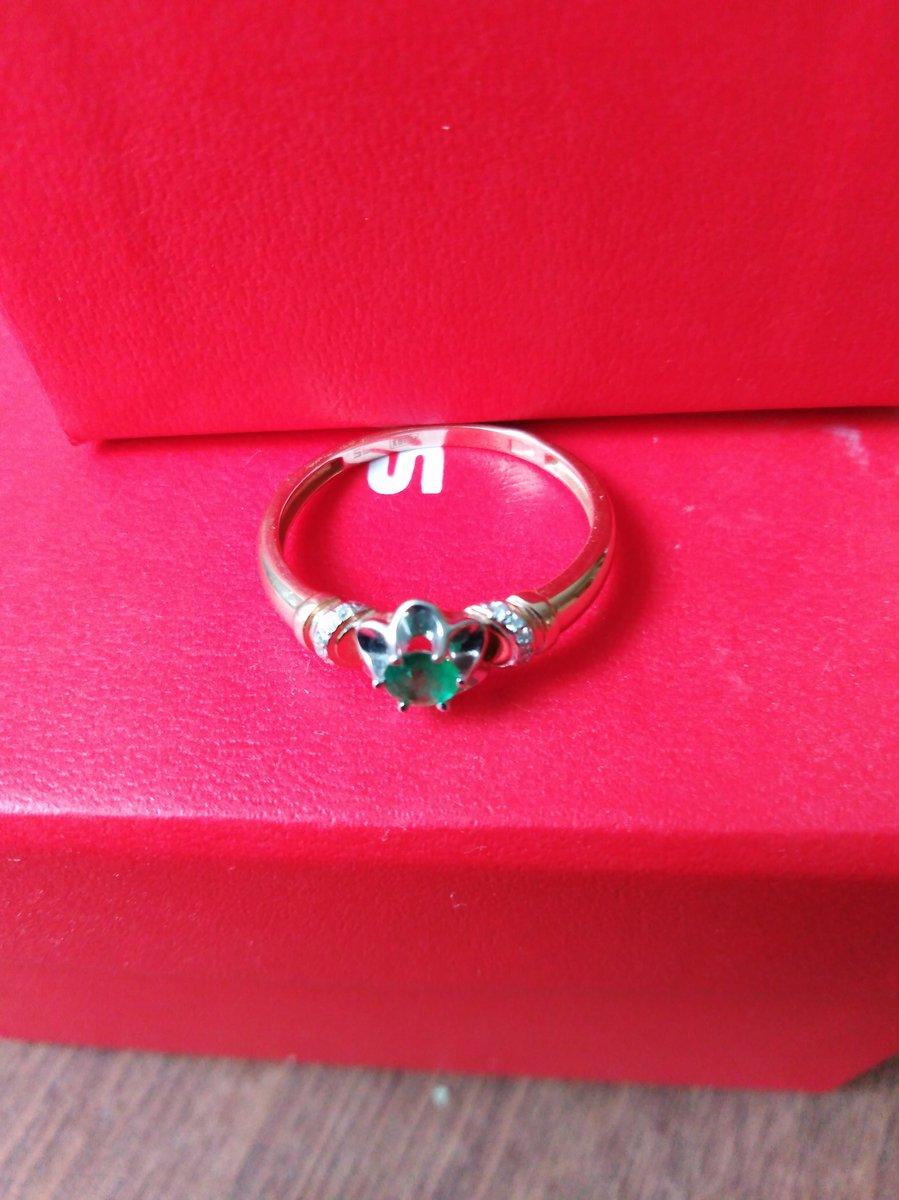 Золотое кольцо с бриллиантами и натуральным изумрудом