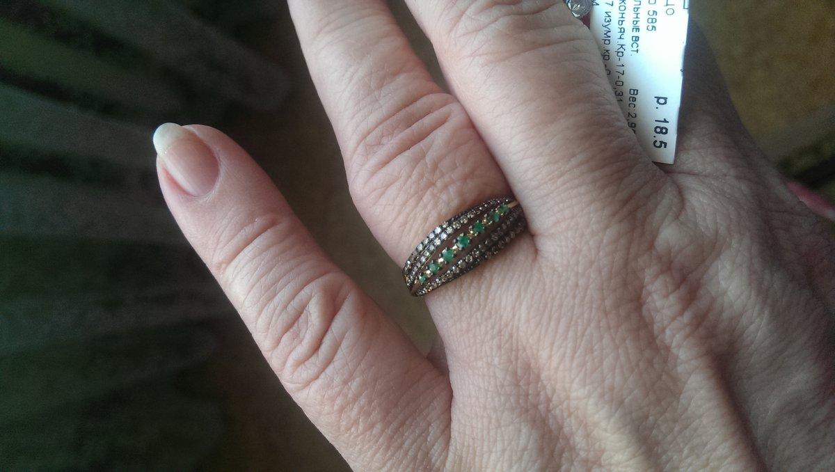 Кольцо с изумрудами и коньячными бриллиантами