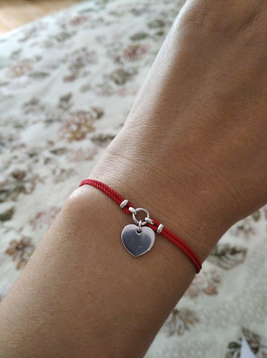 Милый браслет из красной нити.