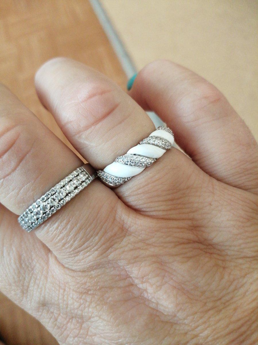 Серебряное кольцо с фианитами и эмалью.