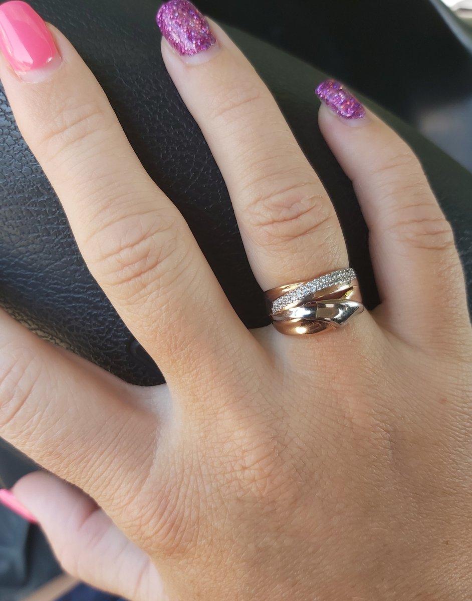 Золотое кольцом фианитами