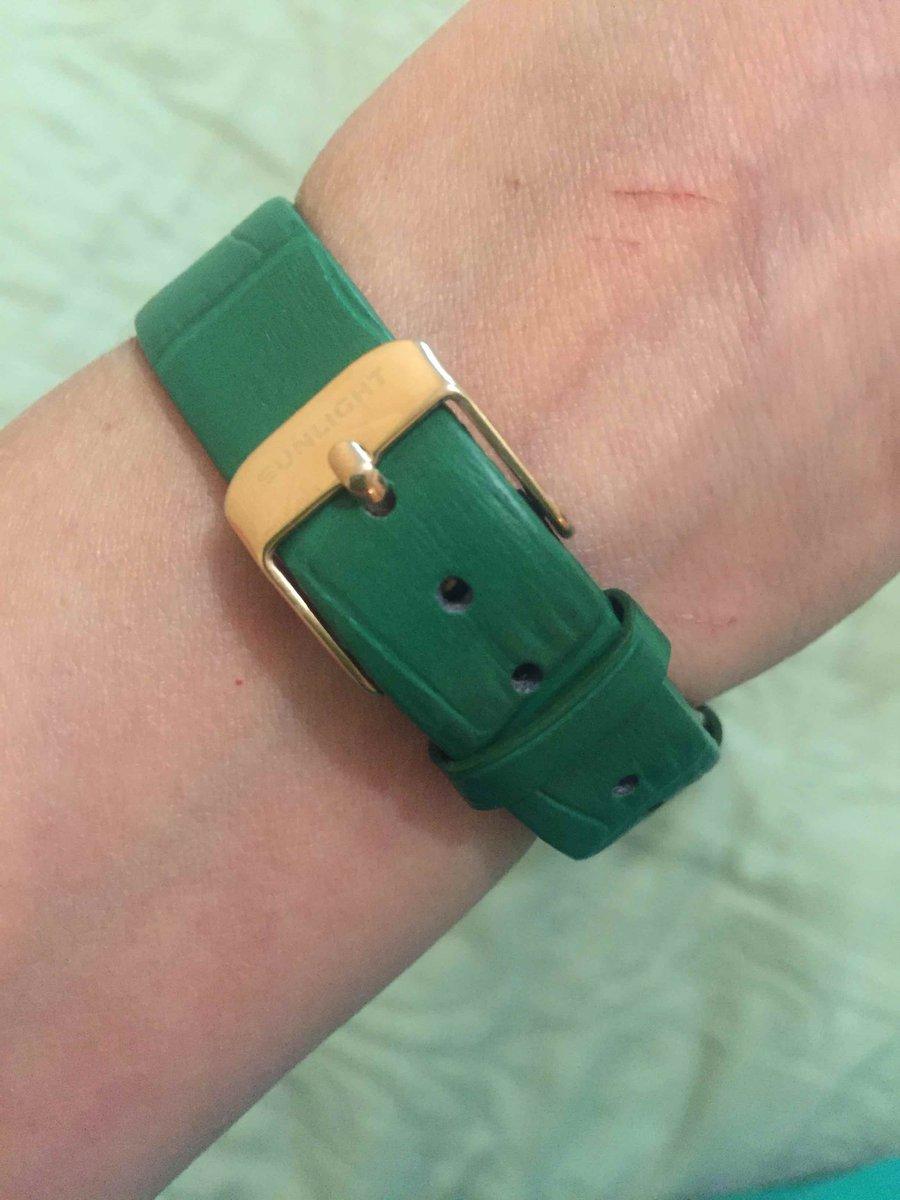 Часы с зеленым ремешком и камушками