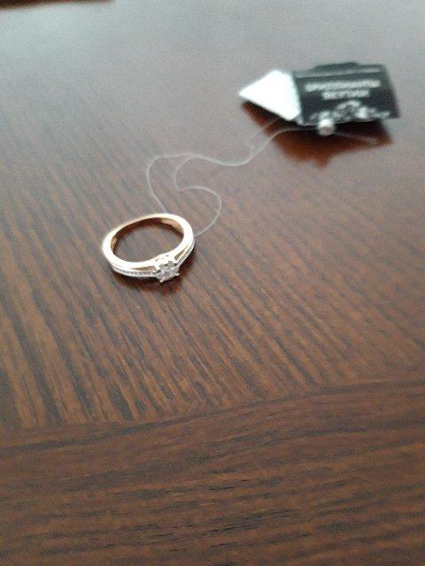 Кольцо с брильянтом.