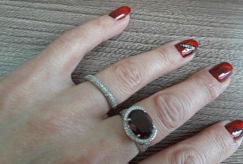 Серебряное кольцо с фианитами и гранатом, размер 18.