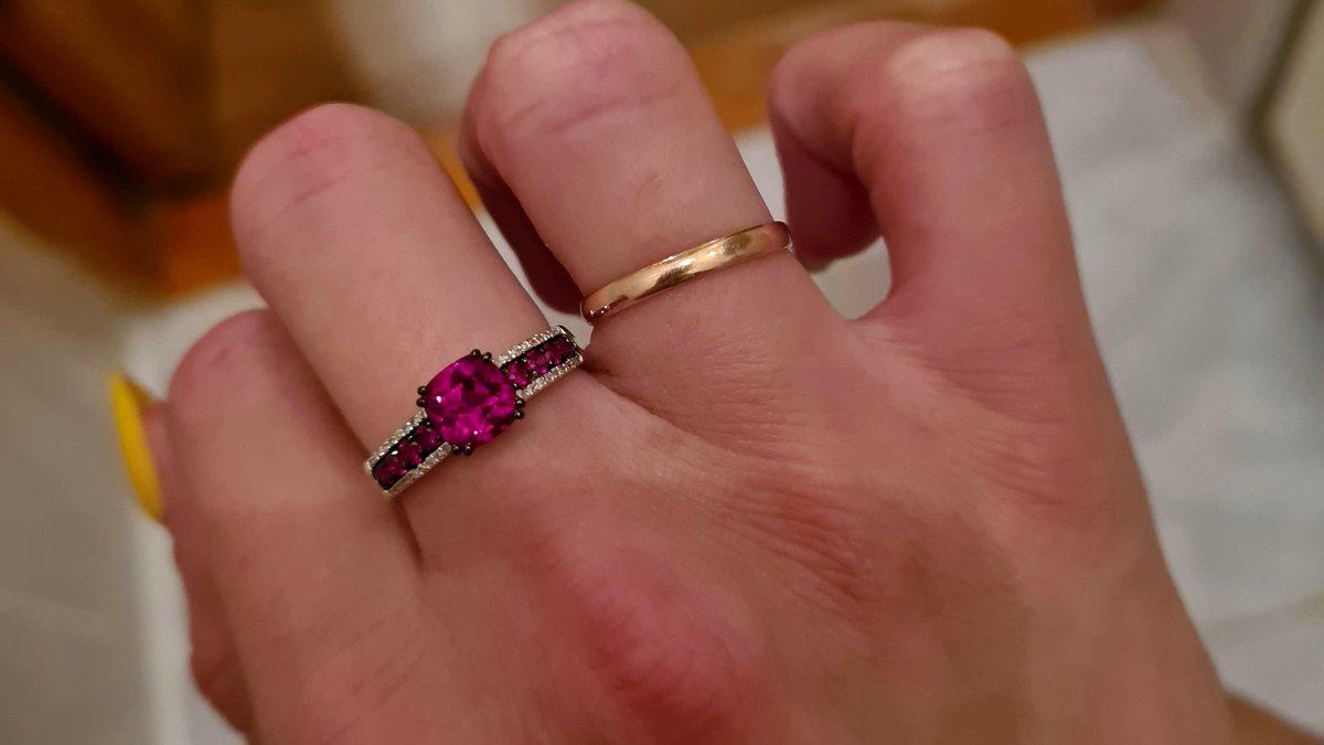 Золотое кольцо с рубинами и бриллиантам