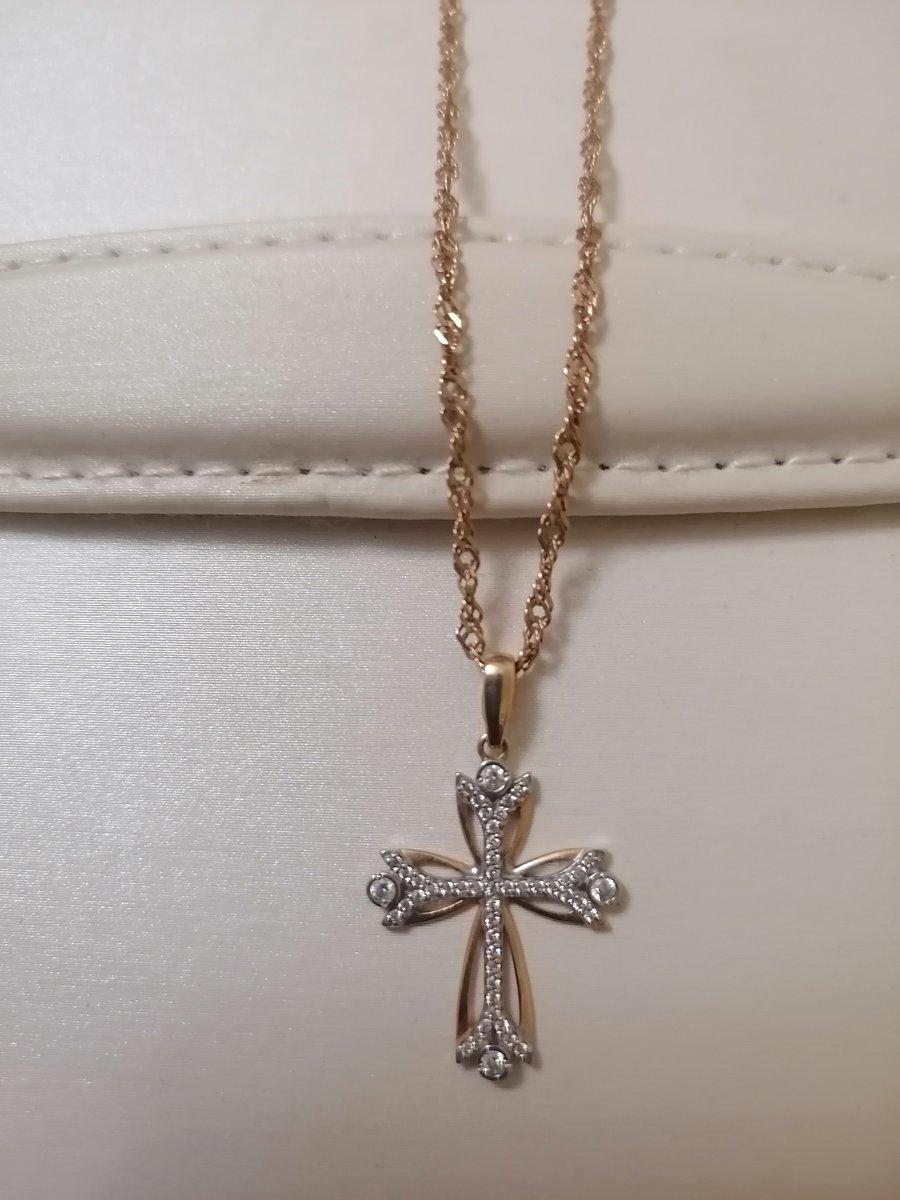 Золотой крестик с фианитами.