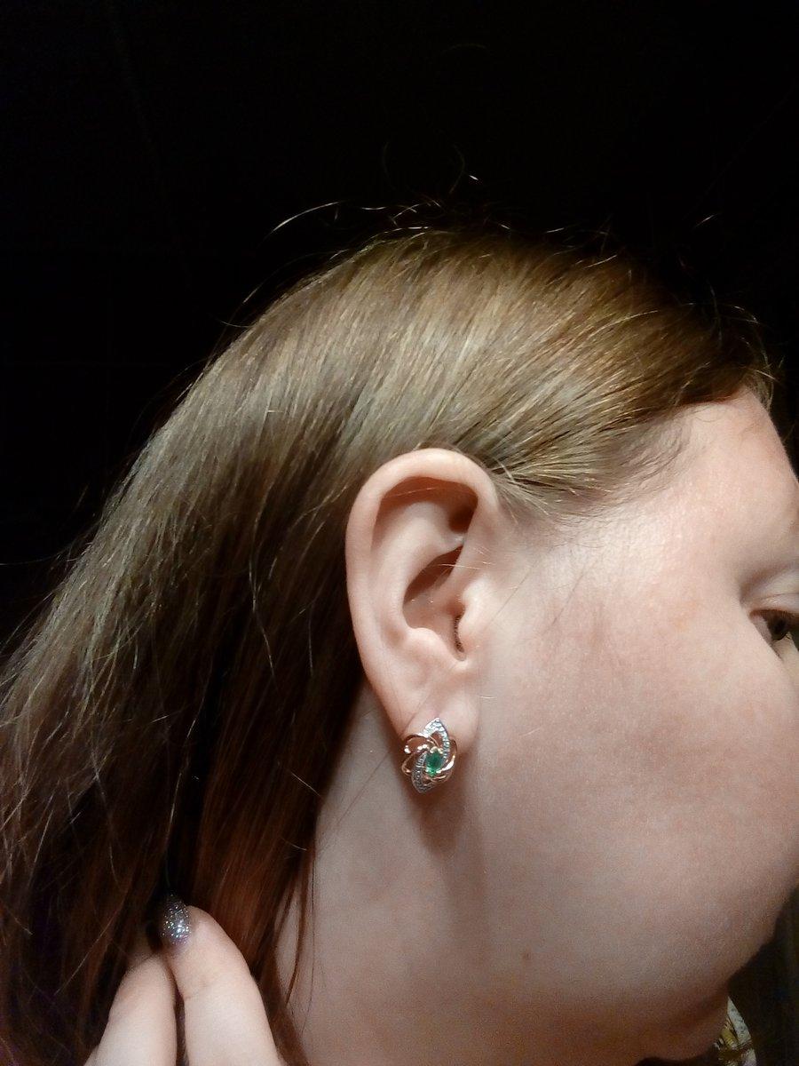 Выбрала замечательные серьги с натуральным изумрудом и бриллиантами.