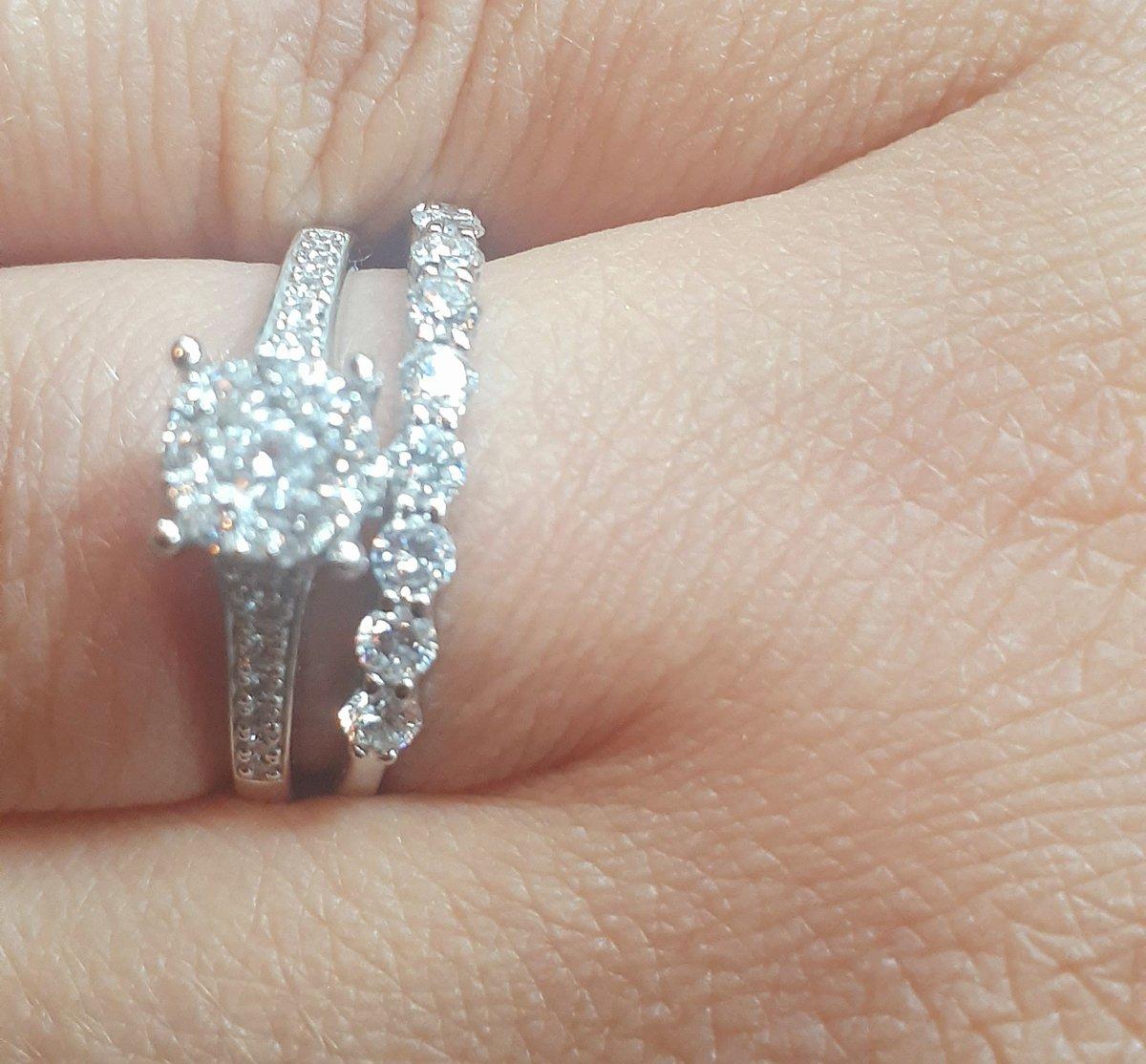 Очень красивое кольцо! лучший вариант ) шикарно выглядит на руке. супер!!!!