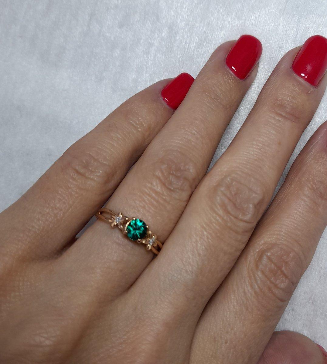 Золотое кольцо с изумрудом бриллиантами