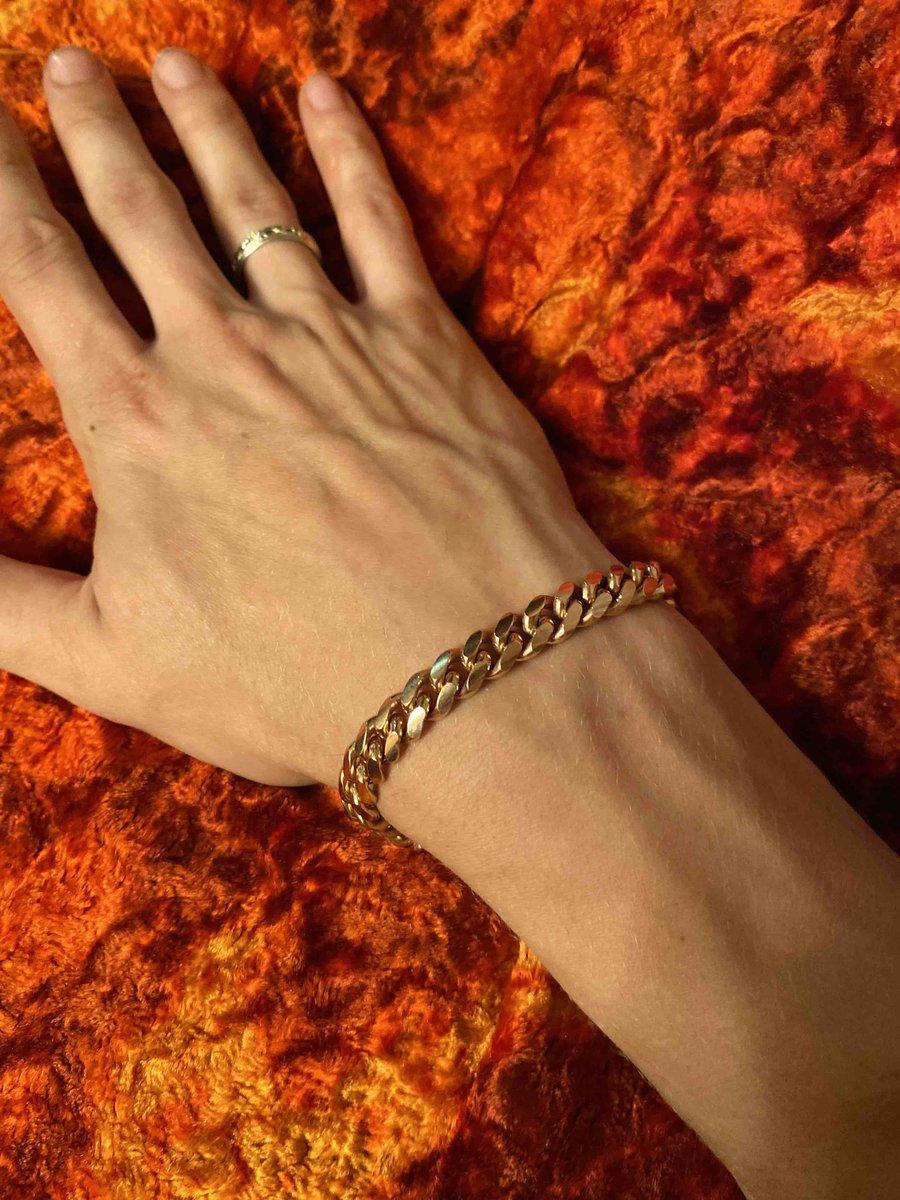 Хороший браслет, по цвету напоминает медь. идельно вписался на мою руку.