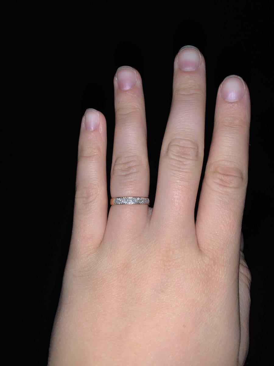 Покупка золотого кольца с бриллиантами