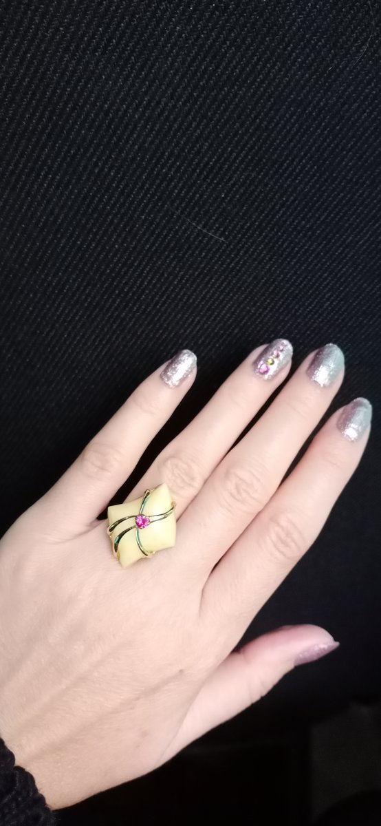 Очень красивое и изящное кольцо с янтарем.