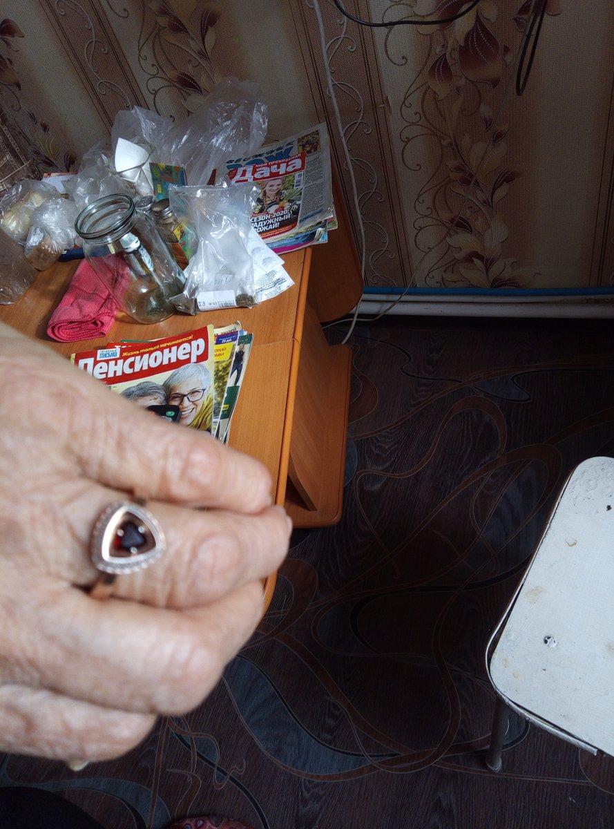 Кольцо на маминой руке.