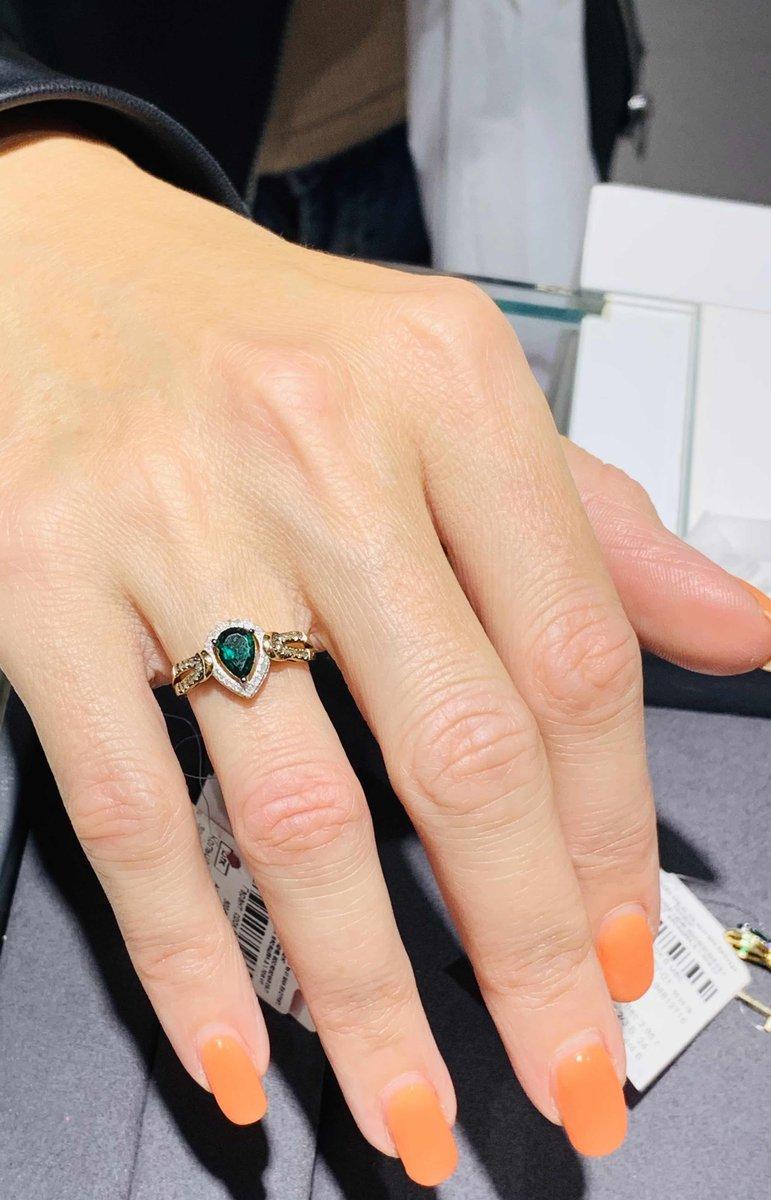 Кольцо с коньячным брильянтом и изумрудом