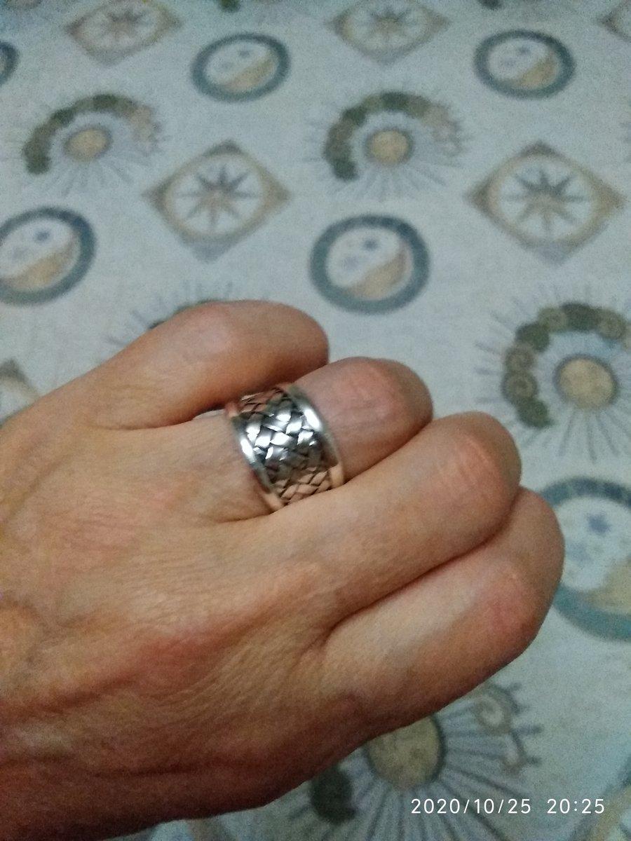Кольцо,сделано из серебра, но выглядет шикарно.