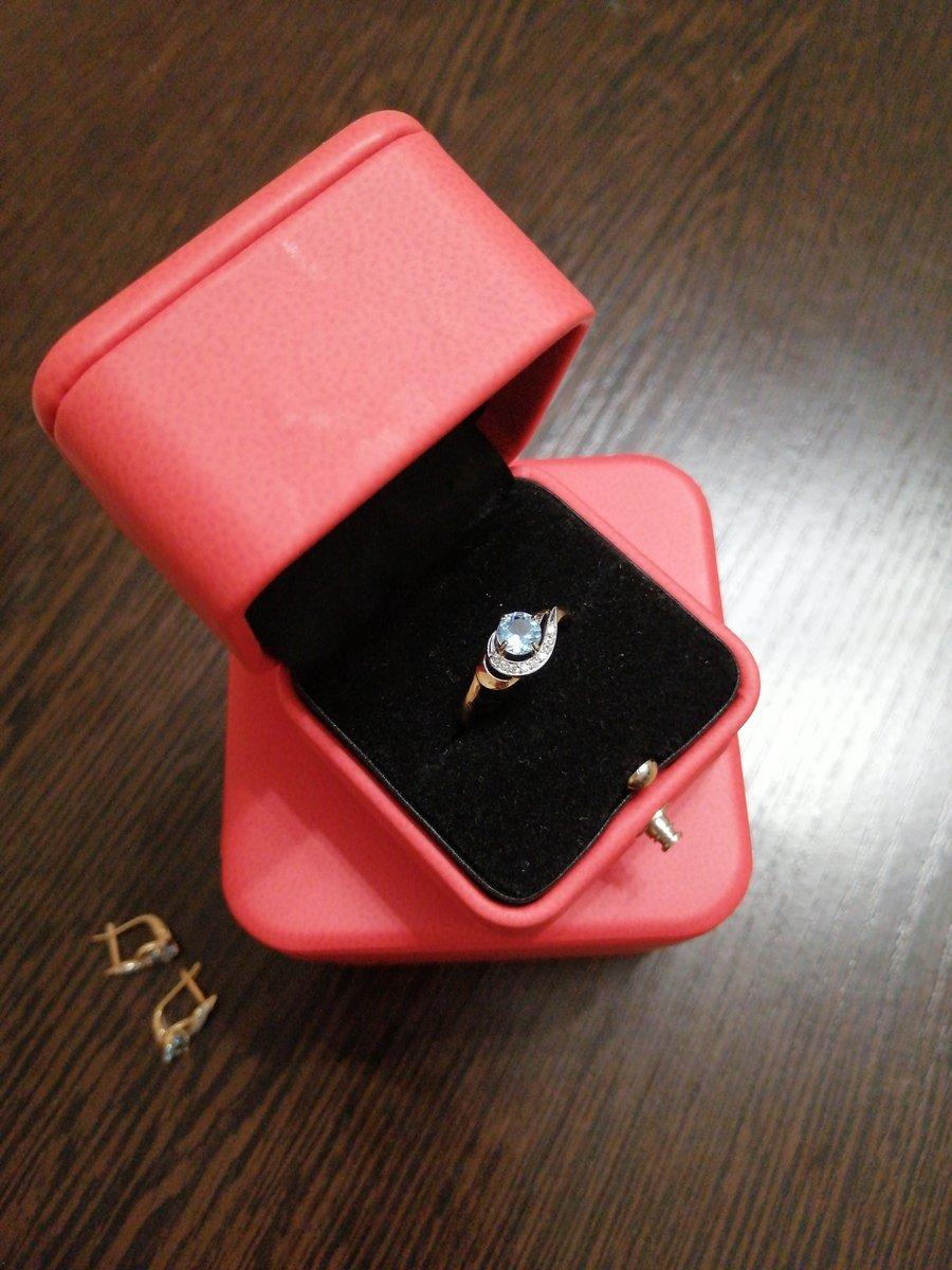 Золотое кольцо с голубым топазом
