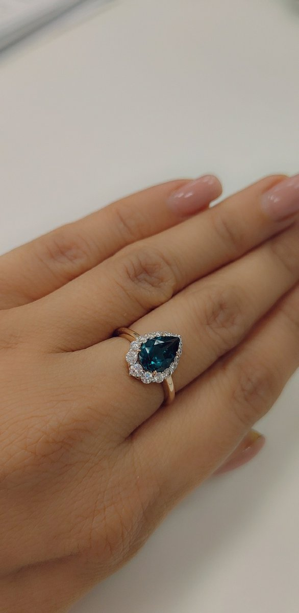 Кольцо превращает пальчики в королевские.