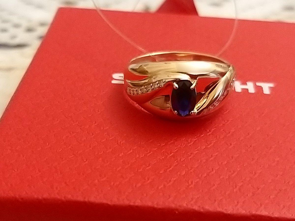 Кольцо ну очень красивое. долго выбирали в магазине и остановились на этом.