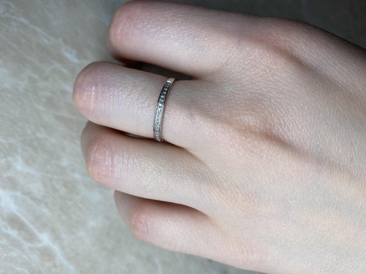 Тонкое кольцо из белого золота с бриллиантовой дорожкой