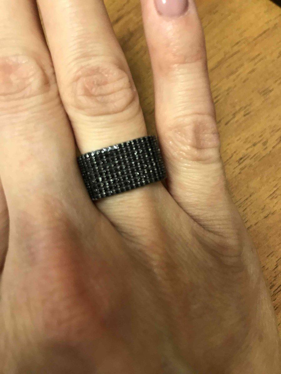 Широкое кольцо с вставками из черных фианитов