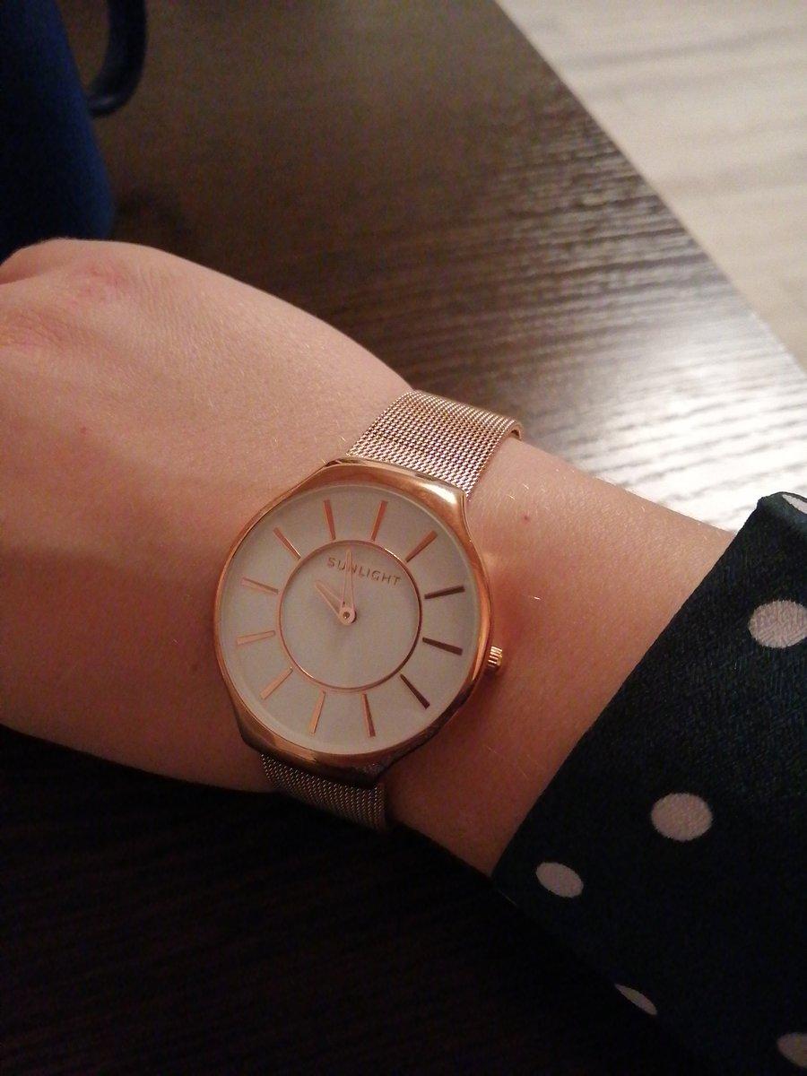 Часы с белым цыферблатом